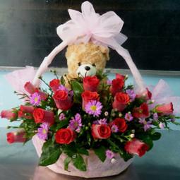 Giỏ hoa hồng đỏ và gấu bông
