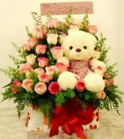 Giỏ hoa hồng nhạt và gấu bông