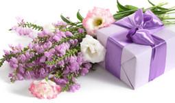 Hoa và quà sinh nhật bạn gái