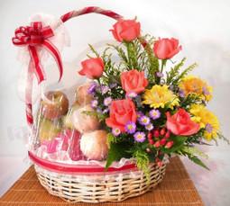 Giỏ hoa sinh nhật hồng cam kết hợp trái cây