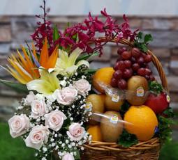 Giỏ hoa sinh nhật hoa hồng nhạt và trái cây